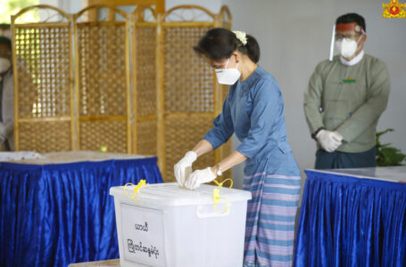 Myanmar state counsellor Daw Aung San Suu Kyi casting her advance vote for her country's general elections in Nay Pyi Taw.